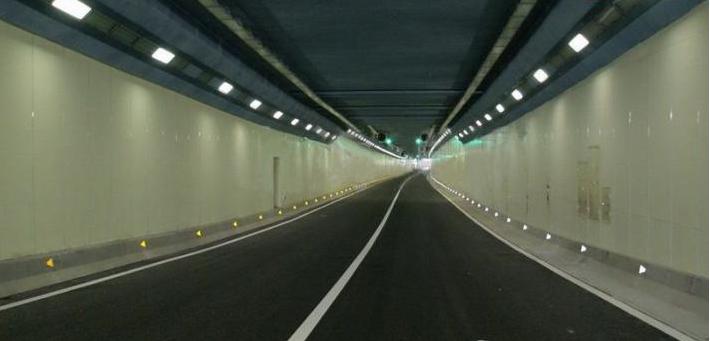 隧道护墙板的抗撞击性